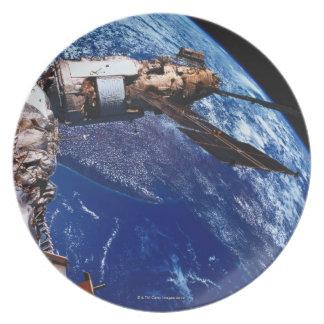 Satélite que está en órbita en el espacio 2 plato para fiesta