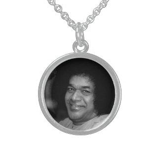 Sathya Sai Baba en el collar de la plata esterlina
