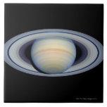 Saturn con los anillos en la más granangular a la  azulejo cuadrado grande