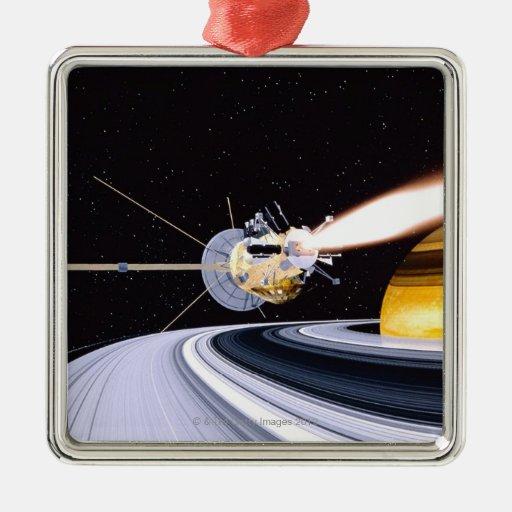 Saturn que está en órbita por satélite adorno navideño cuadrado de metal