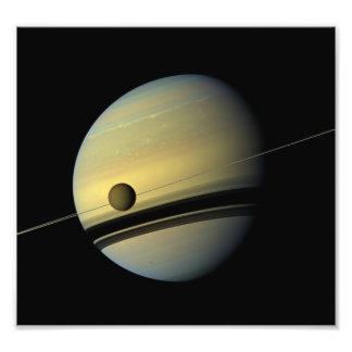 Saturn y foto del espacio de Cassini del titán Fotografía