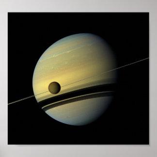 Saturn y foto del espacio de Cassini del titán Poster