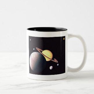 Saturn y lunas taza de dos tonos