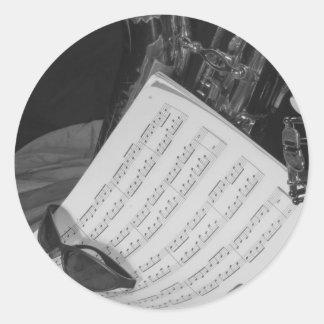 Saxaphone y partitura etiqueta redonda