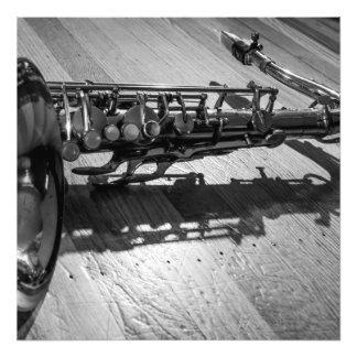 Saxofón blanco y negro del tenor fotografia