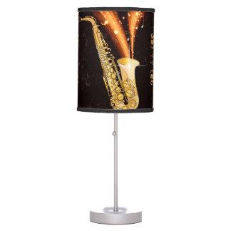 Saxofón con las notas dominantes y los elementos lámpara de mesa