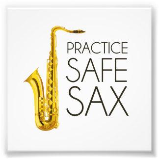 Saxofón de la caja fuerte de la práctica fotografía