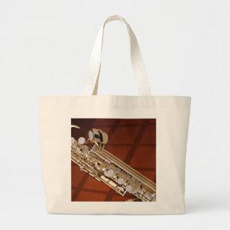 Saxofón del soprano en el oro bolsa