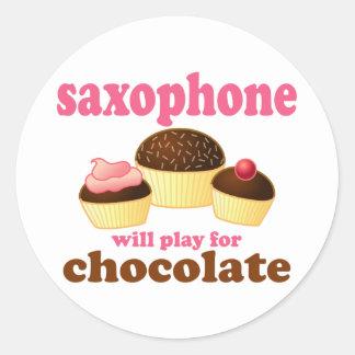 Saxofón divertido del chocolate pegatina redonda