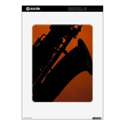 Saxofón en fondo del proyector del oro iPad skin