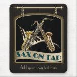 Saxofón en muestra del Pub del golpecito Alfombrilla De Ratones