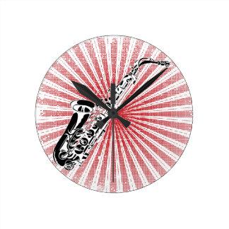 Saxofón en resplandor solar del rojo del Grunge Reloj Redondo Mediano