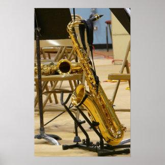 Saxofón en soporte en el decreto del jazz impresiones