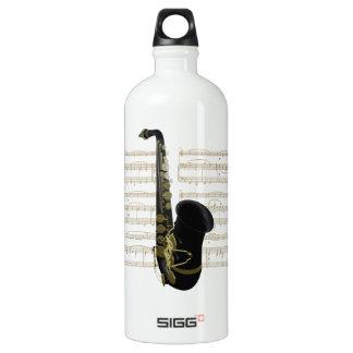 Saxofón negro del oro en partitura botella de 32