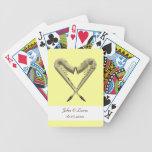 Saxofones de oro del corazón que casan naipes barajas de cartas