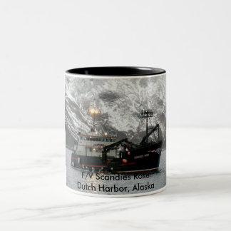 Scandies subió, barco del cangrejo en el puerto taza de dos tonos