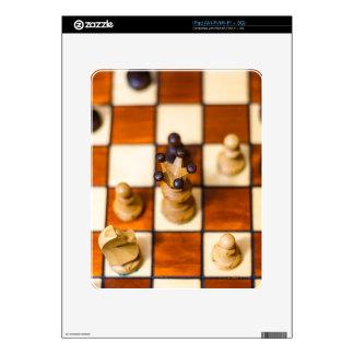 Schachbrett mit Dame im Vordergrund iPad Skins