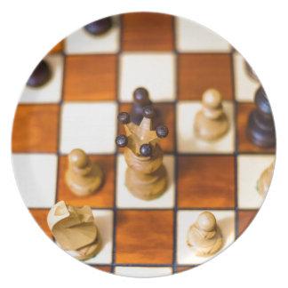 Schachbrett mit Dame im Vordergrund Melamine Plate
