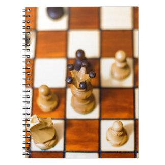 Schachbrett mit Dame im Vordergrund Notebook