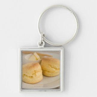 Scone llano con mantequilla en la placa llavero