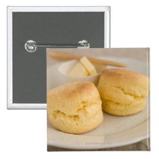 Scone llano con mantequilla en la placa pin cuadrado