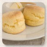 Scone llano con mantequilla en la placa posavaso