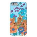 Scooby Doo en campo de flor Funda De iPhone 6 Barely There
