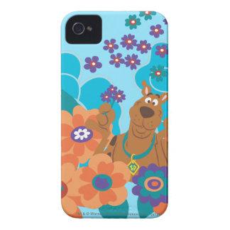 Scooby Doo en campo de flor iPhone 4 Fundas