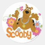 Scooby en flores pegatina redonda