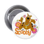 Scooby en flores pin redondo de 2 pulgadas