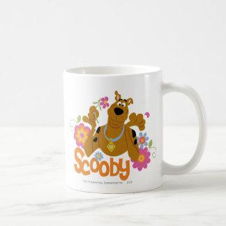 Scooby en flores taza básica blanca