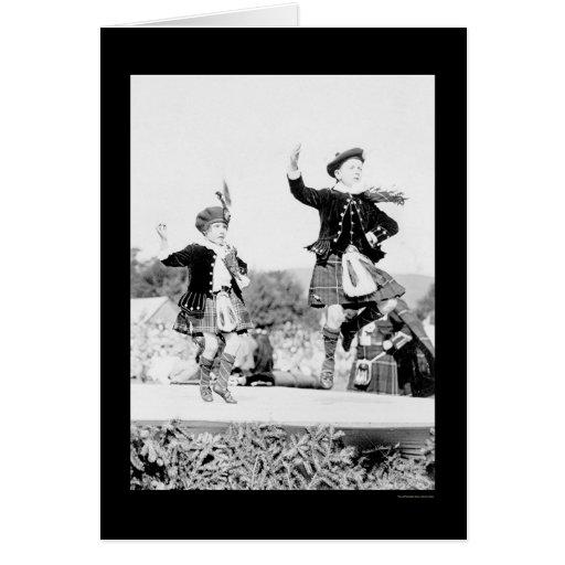 Scotish embroma el baile en las faldas escocesas tarjeta de felicitación