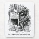 Scrooge en su escritorio (con el texto) alfombrillas de ratones