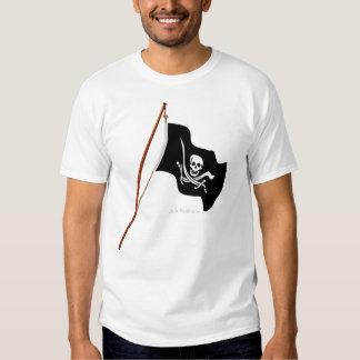 Scull de la bandera de pirata y espadas cruzadas camisas