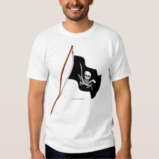 Scull de la bandera de pirata y espadas cruzadas playeras