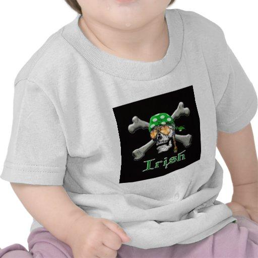 Scull y huesos irlandeses del pirata camiseta
