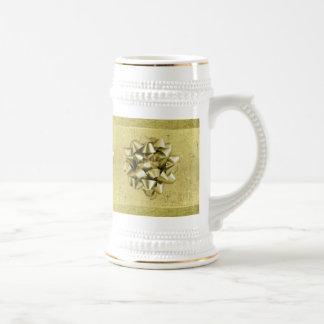 Se asemeja a un regalo del navidad envuelto en jarra de cerveza