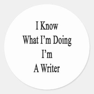 Sé cuál soy haciendo yo soy escritor pegatina redonda