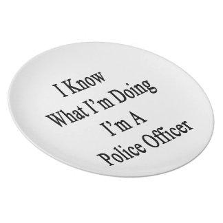 Sé cuál soy haciendo yo soy oficial de policía platos para fiestas