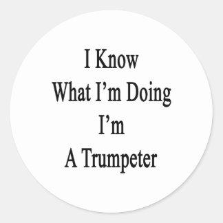 Sé cuál soy haciendo yo soy un trompetista pegatinas redondas