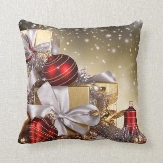 Se dobla la almohada echada a un lado del navidad