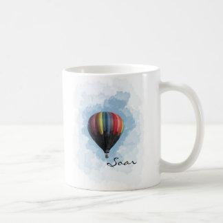 Se eleva la taza de café