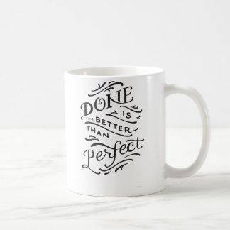 se hace mejor que perfecto - blanco y negro taza de café