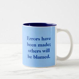 Se han hecho los errores; otros serán culpados taza de dos tonos