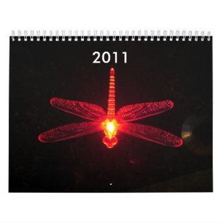 Se inspire la libélula que brilla intensamente roj calendario de pared