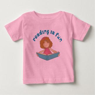 Se lee el regalo del libro de los chicas de la playera para bebé