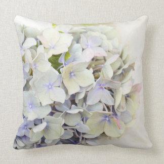 Se marchita la almohada de tiro azul de la flor