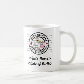 Se personaliza le un regalo de la invitación de la taza clásica