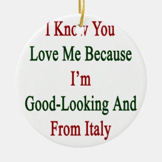 Sé que usted me ama porque soy apuesto y franco adorno navideño redondo de cerámica