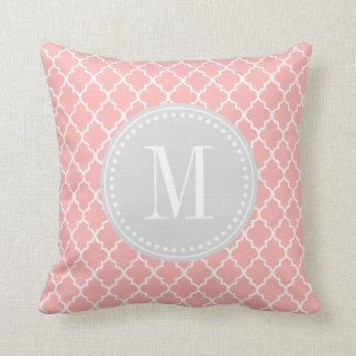 Se ruboriza el enrejado marroquí rosado de las tej almohadas